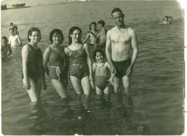Antonio Soriano López y su hija Antonia (segunda por la derecha).
