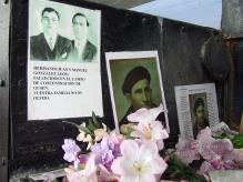 Fotografía de los hermanos González León, colocada en mayo de 2005, en la parte exterior del horno crematorio de Gusen.