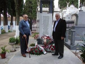 Antonio González Merino (izq.) y su primo Rafael González Polonio depositan flores, en mayo de 2010, delante del monolito que recuerda a las víctimas de la represión franquista en el cementerio de Lucena, entre cuyos nombres se encuentran los de sus padres Juan y Manuel González León.