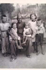 Juan González León y, de izquierda a derecha), sus hijos Francisco, Josefa, Tránsito, Dolores y Antonio González Merino. La fotografía se realizó durante la guerra civil en Valdepeñas (Ciudad Real)