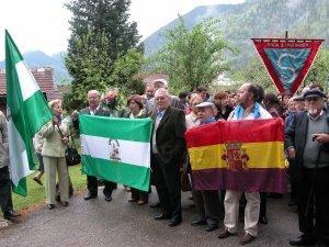 1.En primera fila, Antonio González Merino (primero por la derecha) y Rafael González Polonio (cuarto por la derecha), en la visita realizada a Mauthausen a principios de mayo de 2005.