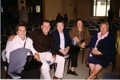Con la nuera y las hijas de Juan González León, en Sant Joan Despí (19 de octubre de 2002).