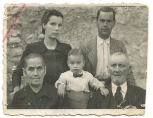 Sentados, Mª Antonia Rodríguez Ruiz y su esposo Leoncio Rodríguez Mangas. De pie, sus hijos María (Maruja) y Raimundo. En el centro, el pequeño Miguelín, hijo de María y de Miguel Aceituno Jiménez.