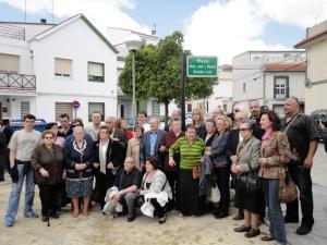 Familiares de Juan y Manuel González León junto a la placa que da sus nombres a una calle de Montilla, el 15 de mayo de 2010.