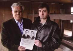 Rafael González Polonio, junto a su hijo Francisco, en un barracón de Mauthausen, con la foto de su padre y su tío.