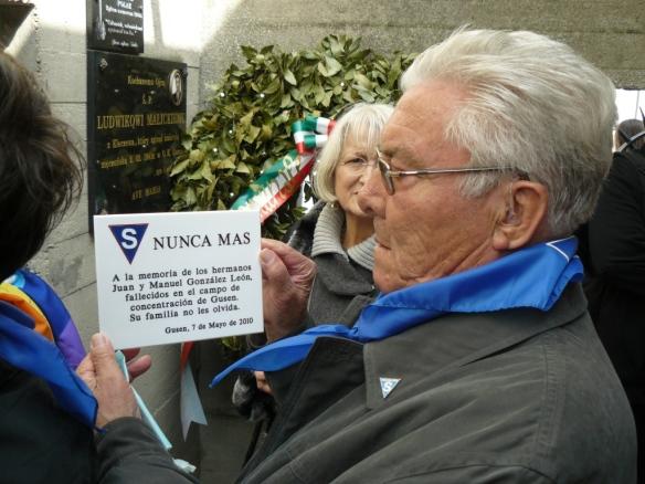 Rafael González Polonio coloca en Gusen una placa en recuerdo de su padre y su tío (7-5-2010).