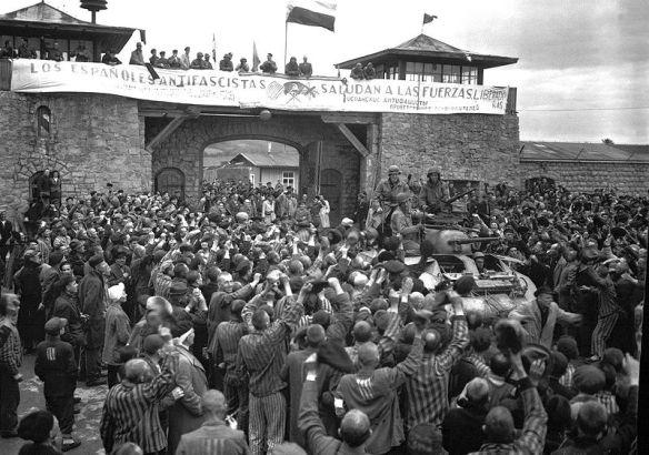 """""""Los españoles antifascistas saludan a las fuerzas liberadoras"""" dice la enorme pancarta escrita en español, inglés y ruso que se colocó sobre la portada del campo central. Fue desplegada a la llegada de las tropas americanas el 5 de mayo de 1945."""