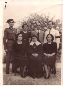 Manuel Hernández, su mujer y sus hijos, en 1954. De izquierda a derecha, de pie, Manolo (guardia civil), Maruja, él y Pepín. Sentados, su esposa Pilar,Pilar (monja) y Guadalupe.