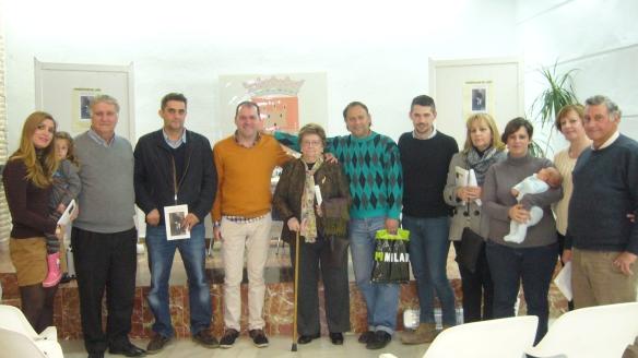 El autor, con la familia de Manuel Hernández González y el concejal de Cultura, en Almodóvar del Río, el 25 de febrero de 2015, en la presentación del libro sobre que recoge sus Páginas Confidenciales.