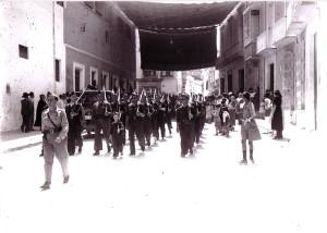 Desfile de falangistas por la calle Las Torres el 1 de septiembre de 1936. Encabeza la comitiva marcial el brigada Antonio Zurita Botí. (Foto: Archivo Serrano. Hemeroteca Municipal de Sevilla).