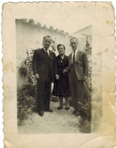 A la derecha, Francisco Bergillos Gálvez, torturado en 1936. A su lado, sus hermanos Miguel y Carmen.