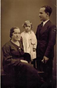 Miguel Berjillos Gálvez junto a su primera mujer, Aurora Salazar Mency, y su hija Araceli.