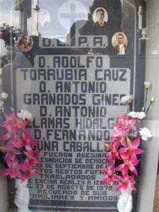 Cripta del cementerio con los restos de siete fusilados en 1936. La exhumación y el traslado de los cadáveres al cementerio se realizó en 1979.