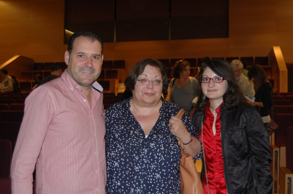 En el centro, Sol Rodríguez Tarazona, nieta del capitán Manuel Tarazona Anaya, junto a su hija Amelie y el autor de este blog, en su visita a Córdoba en octubre de 2014.