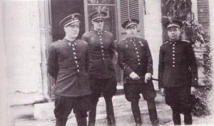 El capitán Manuel Tarazona Anaya (segundo por la derecha). A su lado, con figura espigada, el teniente José Villalonga Munar, que se puso del lado de los sublevados el 18 de julio.