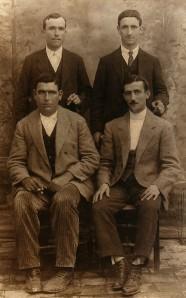 18.El sastre Pedro Armenta Vargas (sentado, primero por la derecha), tesorero y bibliotecario de la sociedad espiritista Amor y Progreso, fusilado en las tapias del cementerio el 8 de septiembre de 1936.