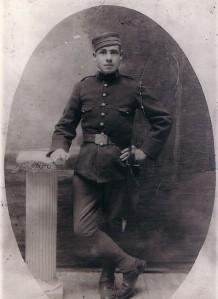 20.Joaquín Sánchez Poces escapó de una redada en la que cayeron sus tres primos hermanos, de iguales apellidos. Preso en la posguerra, consiguió salvar su vida.