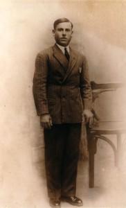 23.El comunista de la aldea de Santa Cruz Manuel Jordano López, una de las numerosas víctimas de la columna del general Varela, en la noche del 6 de agosto de 1936, en un olivar de Castro del Río.