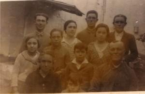 43.Familia Gómez Márquez. Antonio (de pie, primero por la derecha) murió en el frente de Teruel. Francisco (de pie, segundo por la derecha), teniente del ejército republicano, pereció en la cárcel de Córdoba en 1941. José (segundo por la izquierda) falleció a consecuencia de una enfermedad contraída en un batallón de trabajadores. Miguel (centro de la fotografía) cayó preso en una redada anticomunista en 1961 y sufrió dos años de cárcel.