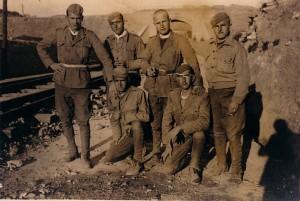 75.José Gómez Márquez, primero por la derecha en ambas fotos, preso en un batallón disciplinario de soldados trabajadores en Cherta (Tarragona).