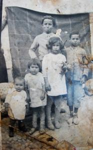 """88.De abajo arriba, Remedios, Ana, Carmen y Eduardo Gómez Márquez, de Santa Cruz, que se refugiaron con su madre en Torredelcampo (Jaén) durante la guerra. Detrás, su hermano Antonio, asesinado junto a su padre Juan José """"Bandurria"""", el 6 de agosto de 1936, por la columna del general Varela en Castro del Río."""