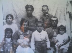 En el centro, Francisco Solano Portero Márquez, con su mujer y sus hijos. Murió junto a su hijo Paco (situado en el centro de la fila de arriba) en un bombardeo de la aviación sublevada en Castro del Río.
