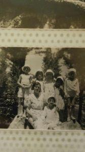 Las hijas de Antonio Buendía en 1933, junto a sus primos, en la finca Huevos Fritos de Las Navas del Selpillar.
