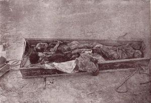 16.Los cadáveres de Concepción Pérez Baena, de 27 años, y dos de sus hijos pequeños, asesinados en el convento de San Francisco, fueron exhumados a los 5 meses de su enterramiento, por orden del gabinete civil de la II División Militar, para sacarles esta fotografía que luego sería publicada con fines propagandísticos.