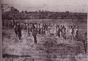 Grupo de campesinos de Fernán Núñez, detenido por las fuerzas militares golpistas el día 25, mientras esperan la ejecución en la carretera de Córdoba. La foto fue publicada por el periódico La Voz como tomada en Baena.